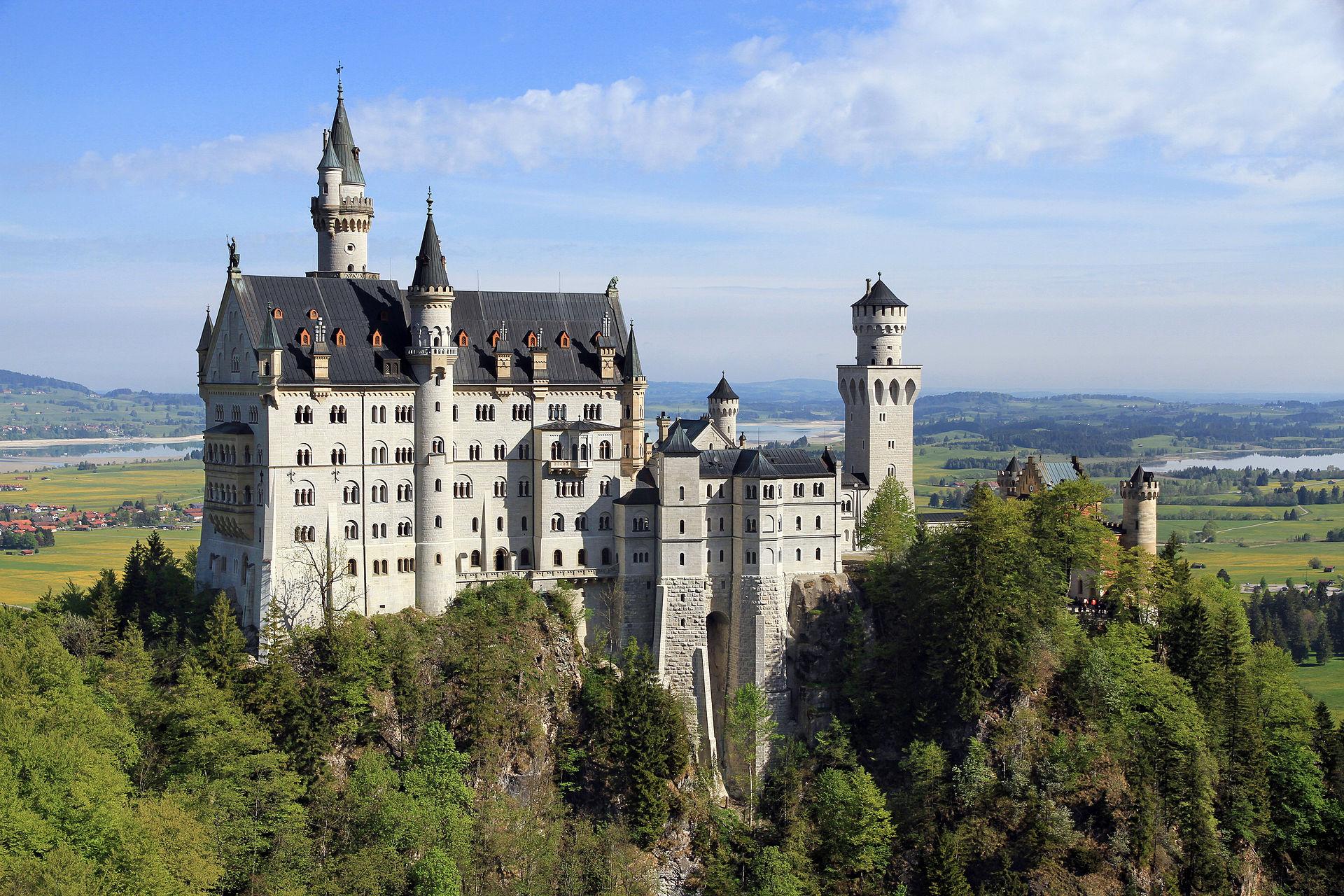 Neuschwanstein_Castle_from_Marienbr%C3%BCcke_2011_May.jpg